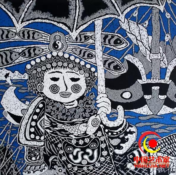 """蒋德叶,舟山市普陀区虾峙岛黄石村人。16岁下海捕鱼,30多岁当上渔船老大,40岁时弃船上岸转行做了一名独立艺术家,至今已经坚持创作10余载。 他创作的渔民画,不仅秉承了传统渔民画色彩丰富的特色,而且开创了海洋系列作品写实的独特风格。他擅长画船、画鱼,主色调跟一般渔民画差不多,但是内容却更加逼真,源于他具有的丰富的海上劳动生活经验,高度还原了海上作业的一线渔民们的生活。所以他的作品,爱好艺术的人喜欢收藏,连文化程度不高的渔民也喜欢鉴赏一番。而且在他的作品里,常常能读到""""思想""""的气息"""